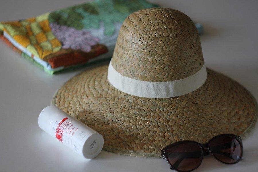 kapelusz, okluary, emulsja, ręcznik
