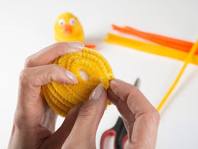Jajko owinięte drucikiem kreatywnym.