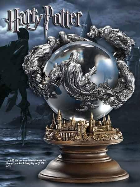 Zdjęcie przedstawia kryształową kulę z motywem dementorów z Harrego Pottera