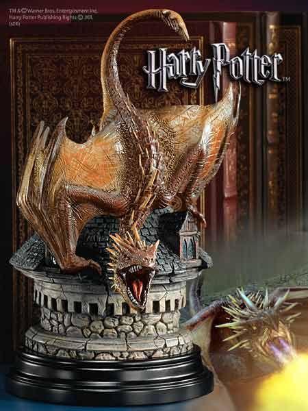 Majestatyczna figura smoka Rogogona w walecznej postawie z harrego Pottera jako podstawka i podpórka do książek