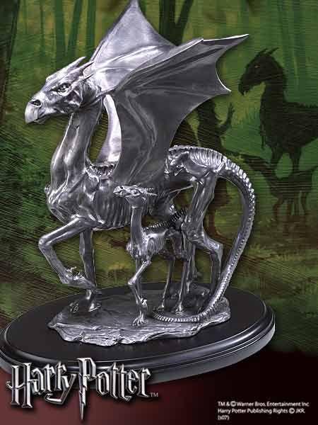 Statua przedstawia Testrale na wolności z Harrego Pottera