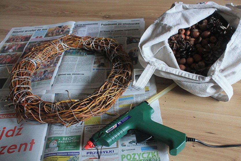 Stroik na świąteczny stół DIY z żołędzi oraz szyszek