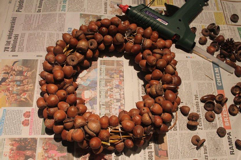 Stroik świąteczny z żołędzi oraz szyszek do każdego wnętrza