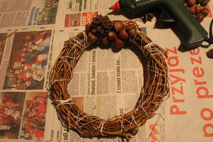 Stroik świąteczny na wigilijny stół DIY przyklejanie żołędzi