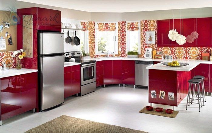 Finezyjne wzory w czerwonej kuchni
