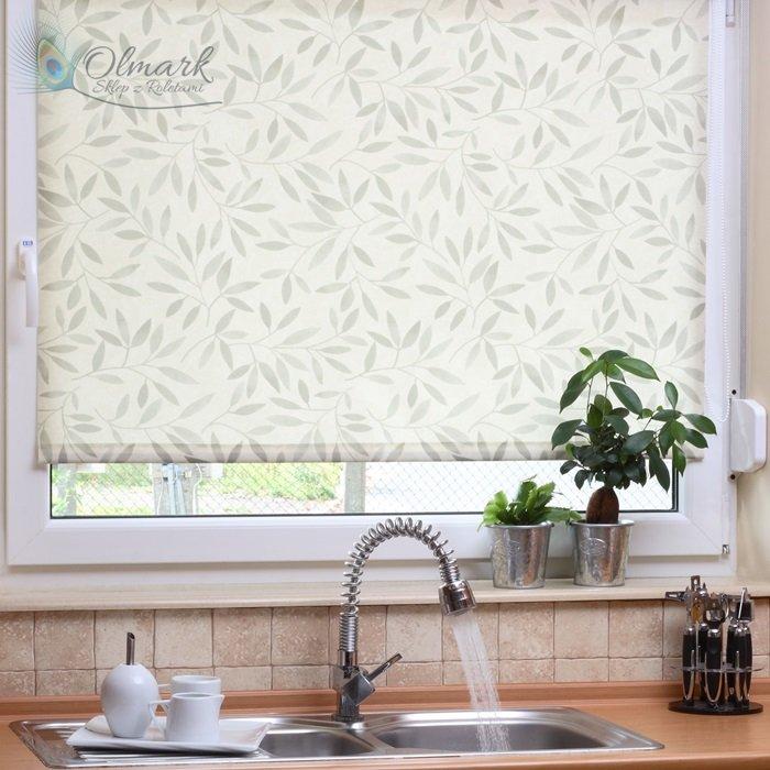 Wzór liściasty na oknie kuchennycm