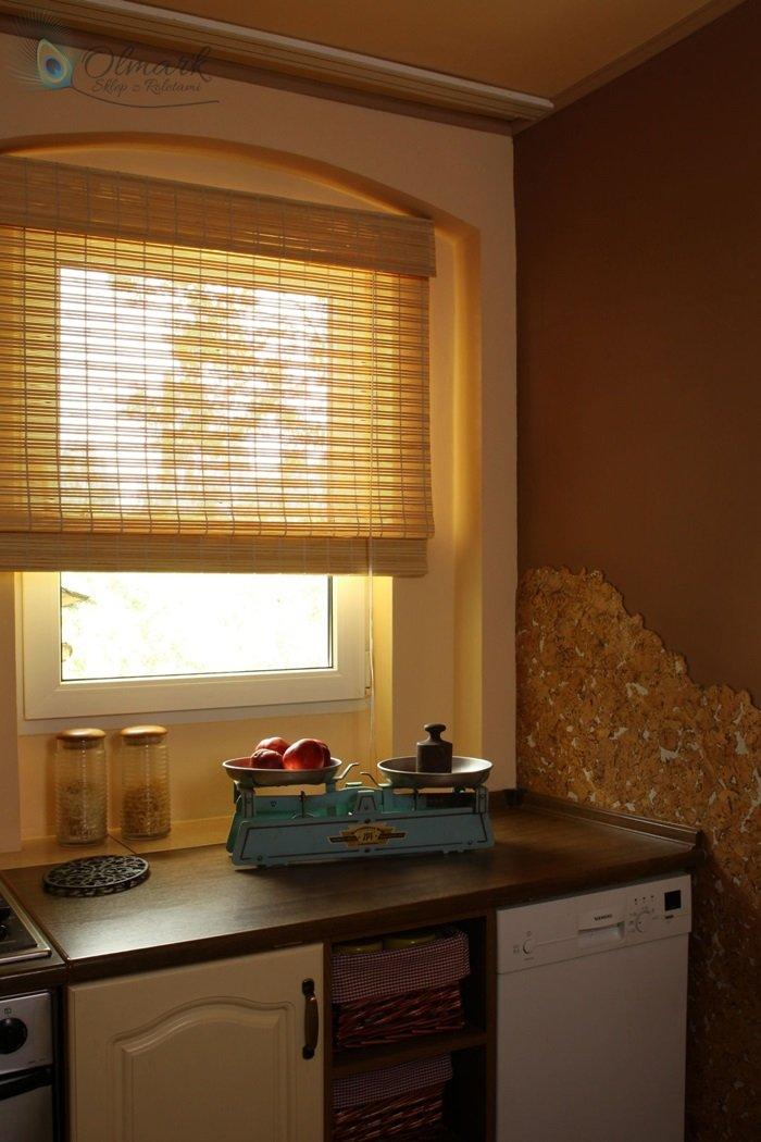 Mata bambusowa na oknie kuchennym