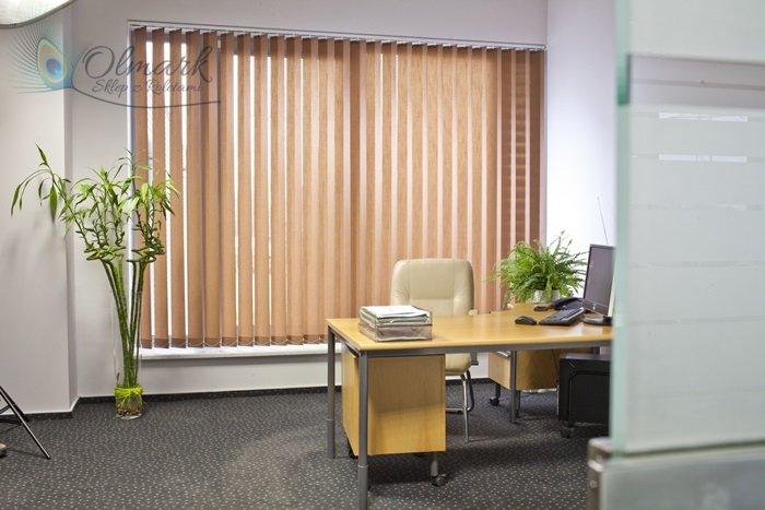 Beżowe żaluzje pionowe w biurze
