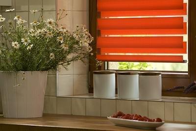 Pomarańczowe rolety dzień noc w kuchni