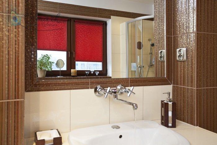 Bordowy żakard na oknie łazienkowym