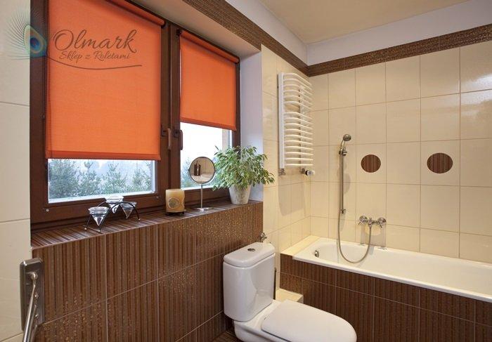 Pomarańczowa takanina na oknie łazienkowym