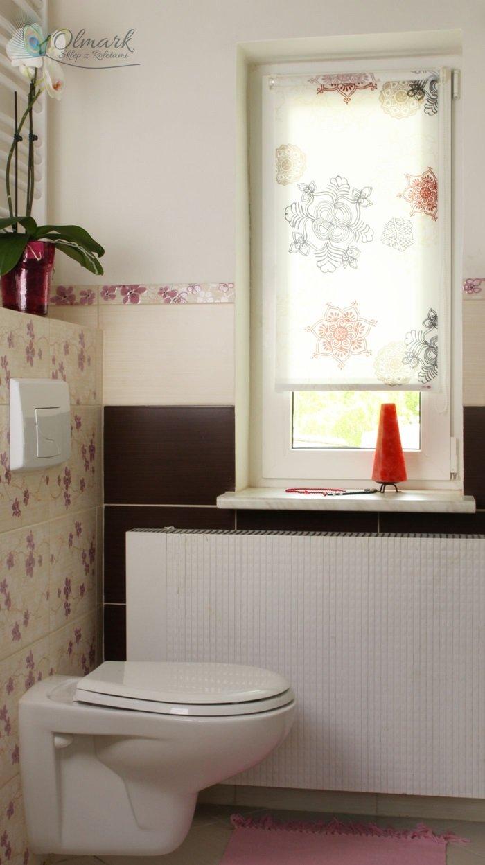 Ciekawy wzór geometryczny na mini roletcie w łazience