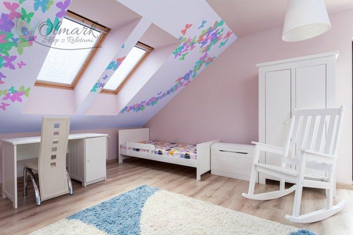 Różowa wersja podstawowa z roletami dachowymi z dekoracją ściany