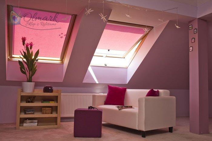 Różowy żakard na roletach do okien dachowych