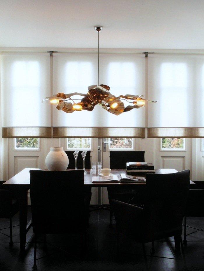 Pięknie wykończone roelty rzymskie w salonie