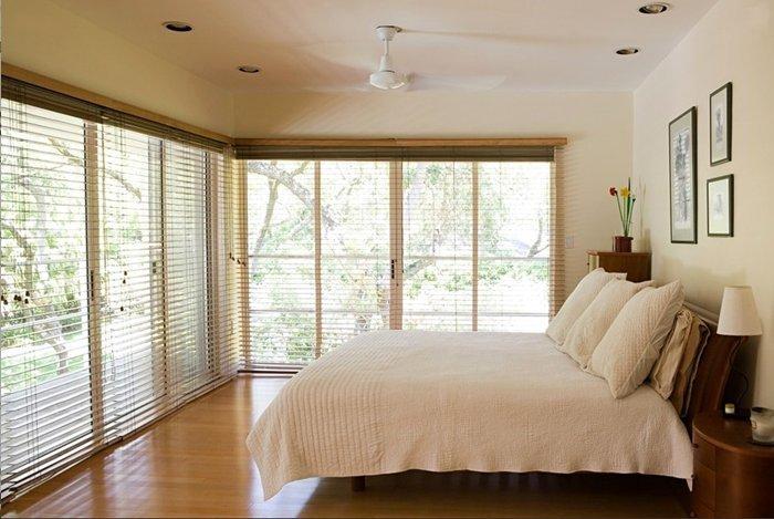 żaluzje drewniane w sypialni