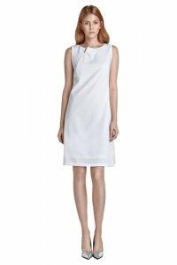 Sukienka z rozcięciem na dekolcie - bez rękawa - ecru - S23
