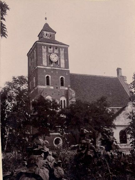 [NIESZAWA - Kościół parafialny pw. św. Jadwigi Śląskiej]. [pocz. XX w.]. Fotografia form. 14,3x10,4 cm na podkładzie form. 15x11,4 cm.