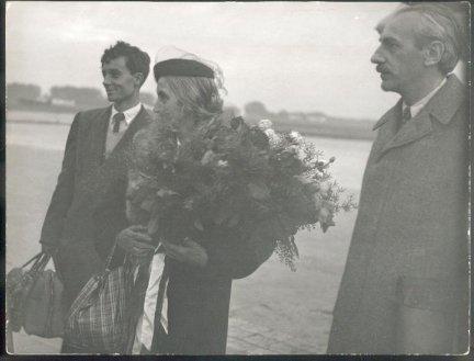 NOWOSIELSKI Antoni — Irena Joliot Curie na warszawskim lotnisku. X 1954. Fotografia form. ca 18,3x24 cm.
