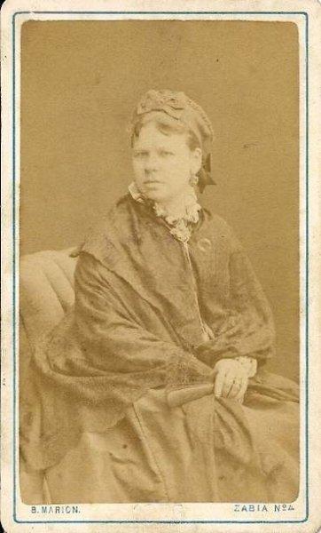 [FOTOGRAFIA portretowa - portret kobiety]. [1875]. Fotografia form. 9,3x5,4 cm na oryg. podkładzie form. 10,5x6,3 cm wykonane w atelier Bronisława Mariona w Warszawie.