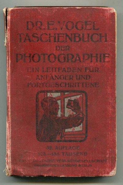 [Vogel Ernst] Dr. E. Vogels Taschenbuch der Photographie. Ein Leifaden fur Anfanger und Fortgeschrittene. Bearbeitet von Karl Weiss [...]. 32. Auflage 123. bis 134. Tausend. Mit 240 Abbildungen und einem Anhang von 15 Bildvorlagen.