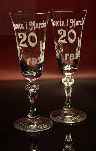 Kieliszki do szampana z grawerem na rocznicę w białym pudełku