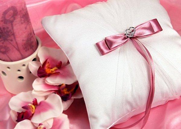 Poduszka pod obrączki z różową tasiemką PKW1