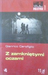 Gianrico Carofiglio • Z zamkniętymi oczami