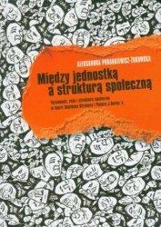 Między jednostką a strukturą społeczną Aleksandra Porankiewicz-Żukowska