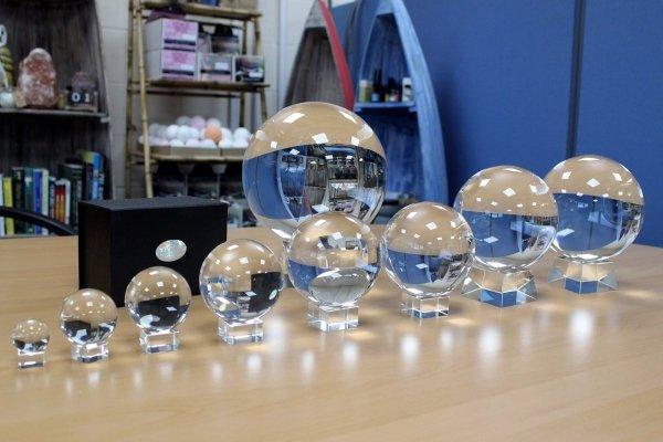 szklane kule kryształowe do wróżenia (krystalomancja)