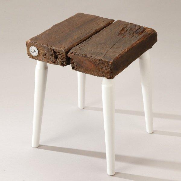 Drewniany Stołek kwadratowy z białymi nogami Projekt Stołek