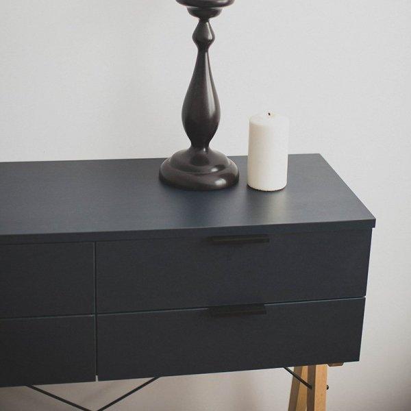 Komoda Minko Maxi ma 4 pojemne szuflady oraz piękny, drewniany stelaż