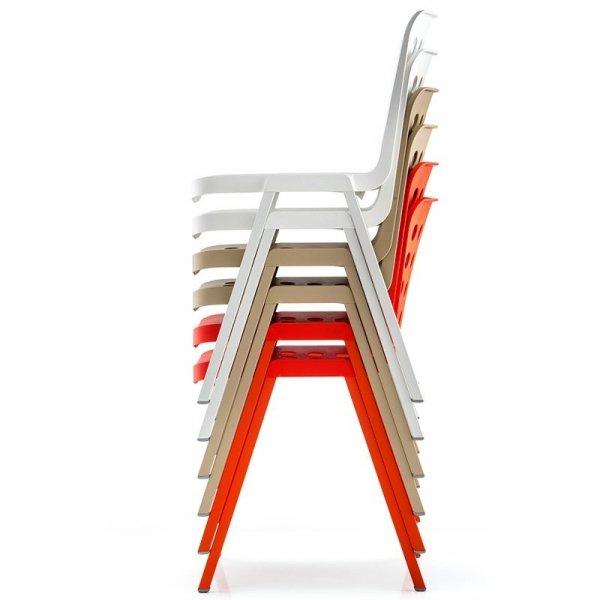 Lekkie krzesła, które można sztaplować