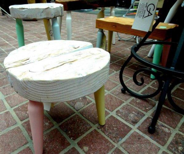 Stołek Dots Mini bielony z kolorowymi nogami Projekt Stołek