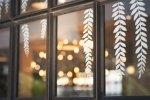 Naklejki na szybę pomysłem na oryginalną dekorację okienną
