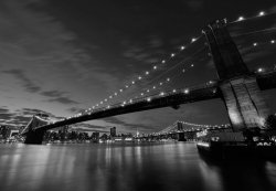Fototapeta do salonu - Brooklyn Bridge nocą BW - 366x254 cm