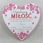 Drewniana tabliczka w kształcie serce z napisem 'Najpiękniejsza miłość...'. Wzór 25. Rozmiar 25 cm