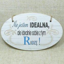 DREWNIANA TABLICZKA OWAL Z NAPISEM NIE JESTEM IDEALNA..., ROZMIAR 18X11 CM