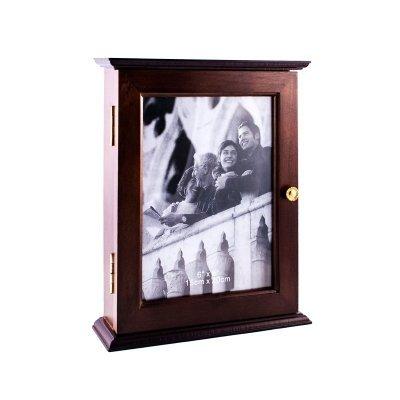 Dekoracyjna drewniana skrzynka na klucze z możliwościązawieszenia na ścianie. Wykonana z drewna , na foncie możliwość umieszczenia zdjęcia o wymiarach 15 x 20 cm. Wewnątrz znajduje się 5 haczyków , rozmieszczonych w dwóch rzędach